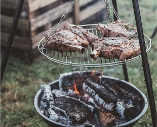 Przygotowanie grilla, ogniska  i pieczenie prosiaka
